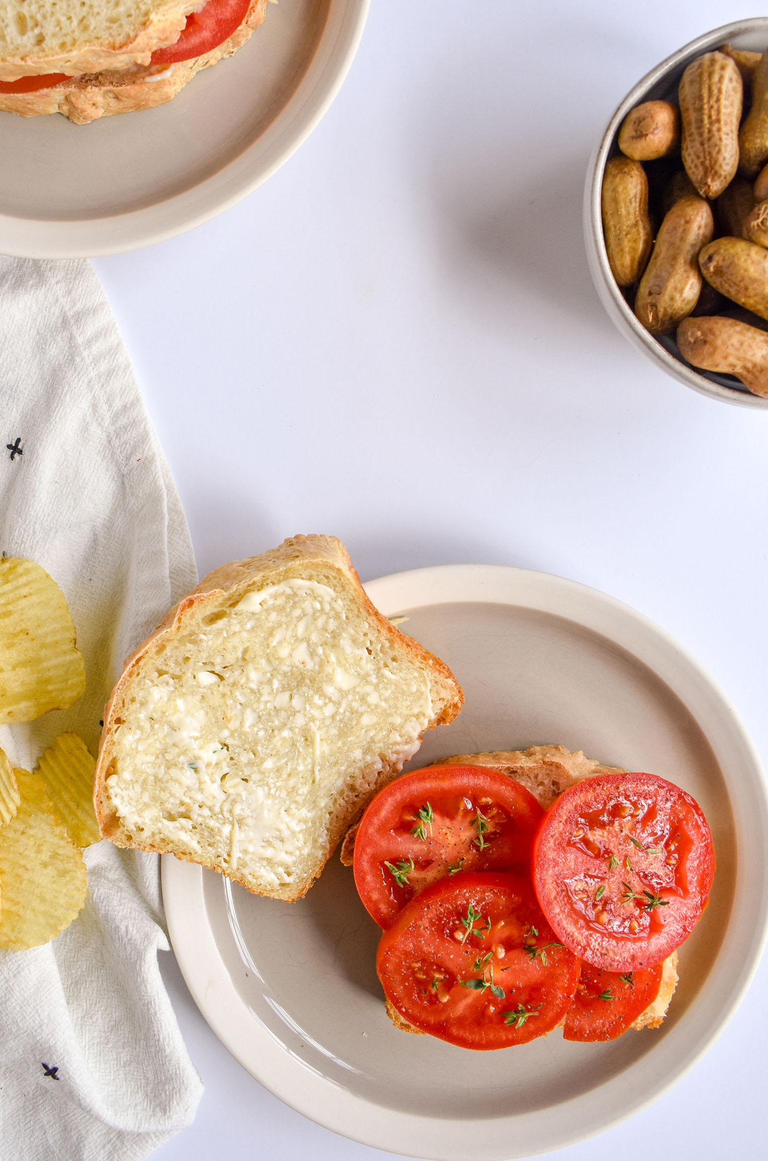 Tomato and mayo sandwiches with chips